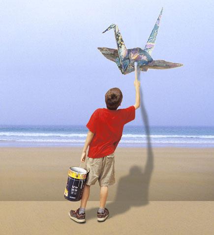 мальчик рисует журавлика цуру